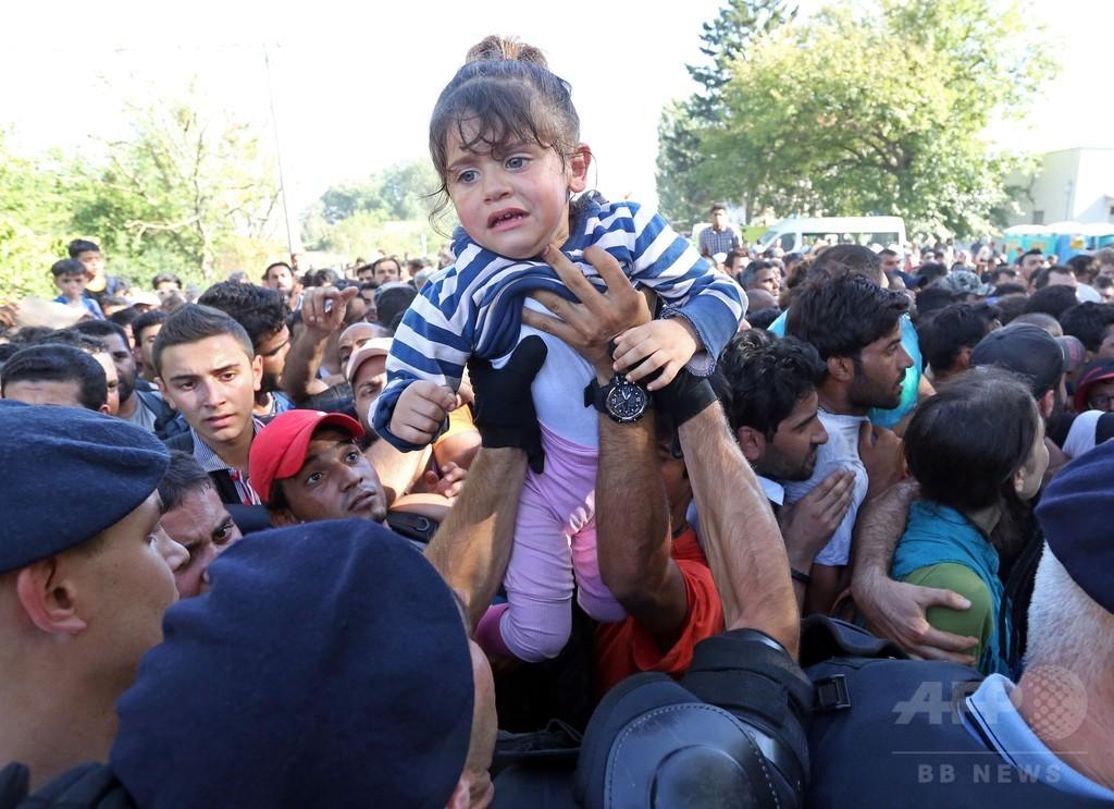 クロアチアに1万人超の移民流入、セルビア国境の大半を封鎖