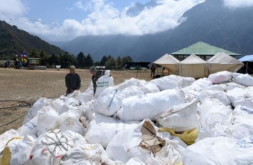 エベレストから4人の遺体を移送、プラごみや捨てられた登山具10トンも