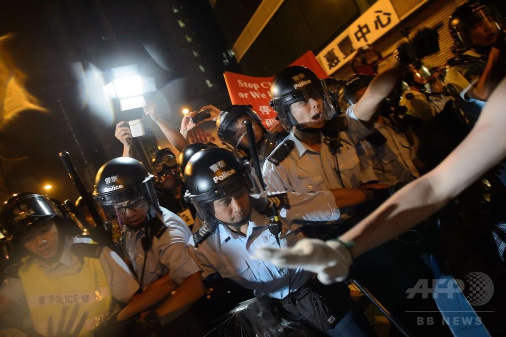 警察とデモ隊が再び衝突、20人が負傷 香港