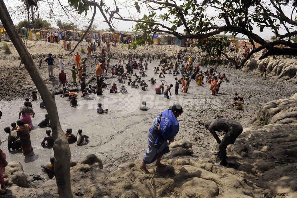 聖なる泥で健康祈願、インド
