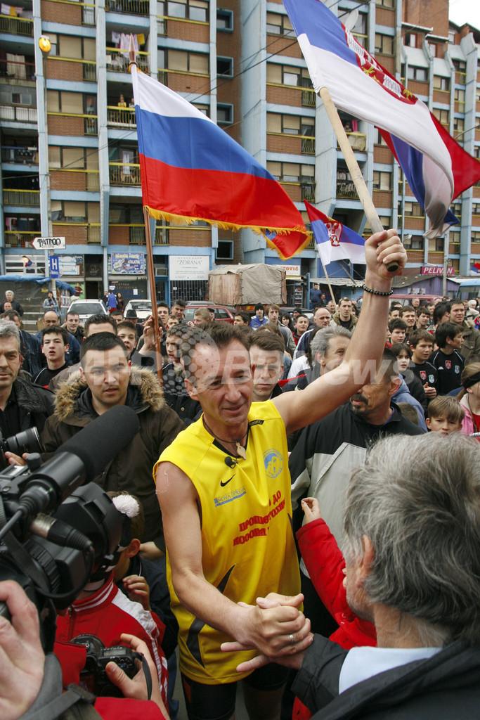 セルビア人ランナー、900キロを走破しコソボ独立反対デモに参加
