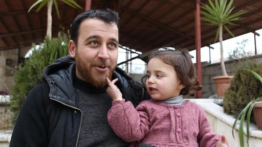 動画:空爆があったら笑おう…娘を安心させるために、シリア人の父親