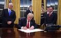 トランプ大統領、オバマケアの負担軽減目指す大統領令に署名