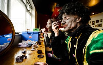 黒い顔のサンタ従者「ブラック・ピート」、すすの付いた顔に変更 オランダTV