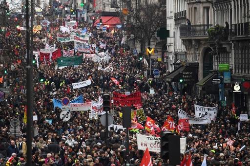 年金改革めぐり仏全土で45万人デモ、黒服集団の破壊行為も