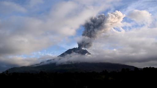 動画:インドネシアのシナブン山が噴火、人的被害なし 噴火時の映像