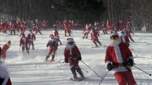動画:サンタ数百人が一斉に滑走、米スキー場でチャリティーイベント