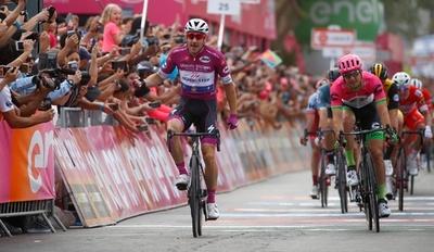 ヴィヴィアーニがクラッシュの危機乗り越えステージ連勝