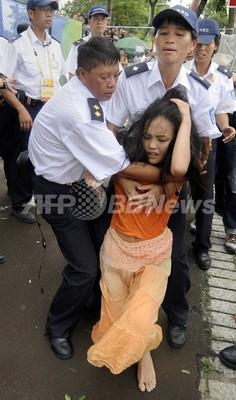 チベット支持派の女子大生、競技場から強制退去