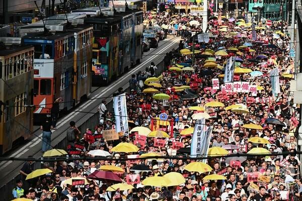 香港で「13万人超」デモ、中国本土への容疑者引き渡しに抗議