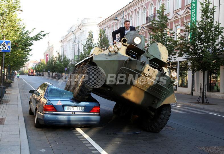 路駐ベンツを装甲車でグシャ!市長の過激なパフォーマンス