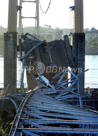720メートルの橋崩落、死者・行方不明者40人超 インドネシア