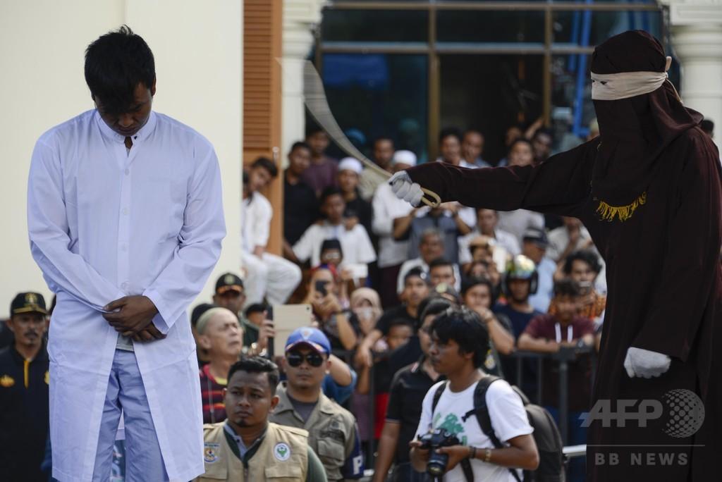 同性愛の男性カップルに公開むち打ち刑 インドネシア