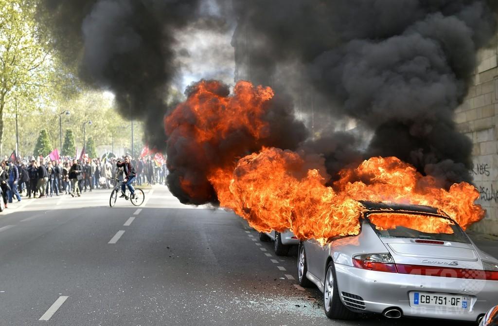 仏労働法デモ、各地で衝突 警官24人重軽傷 120人超逮捕