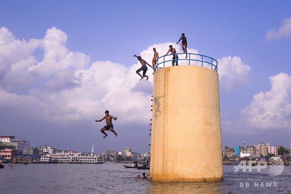 暑くてたまらない! 塔の上から川にダイブ バングラデシュ