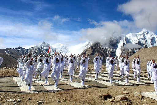インド軍と中国軍が合同でヨガ、国際ヨガの日に合わせ