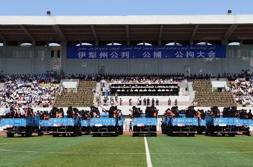 スタジアムで55人に公開判決、中国・新疆ウイグル