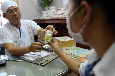 カンボジア辺境の村で82人がHIVに感染、注射針が原因か