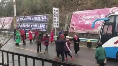動画:路面凍結、高速道でバス立ち往生→おばさん路上に出て踊りだす 貴州省