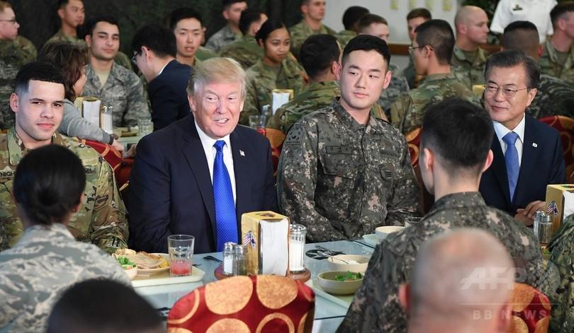 トランプ大統領、在韓米軍基地で兵士らと交流 文大統領も同席