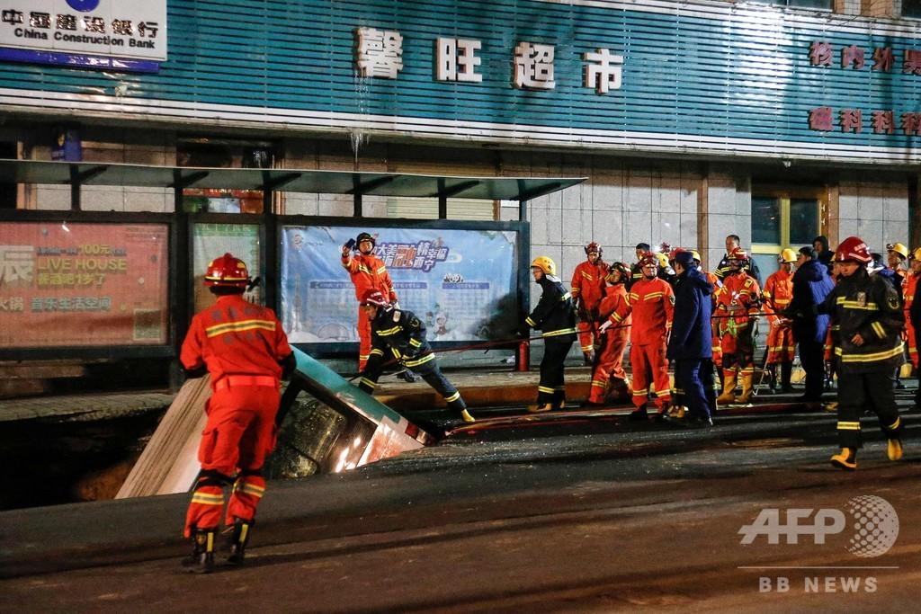巨大陥没穴にバス転落、9人死亡 中国
