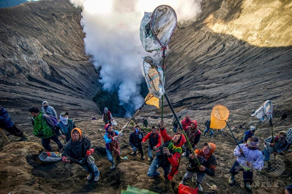火口に供物投げ入れる「カサダの祭り」、多数の観光客も インドネシア