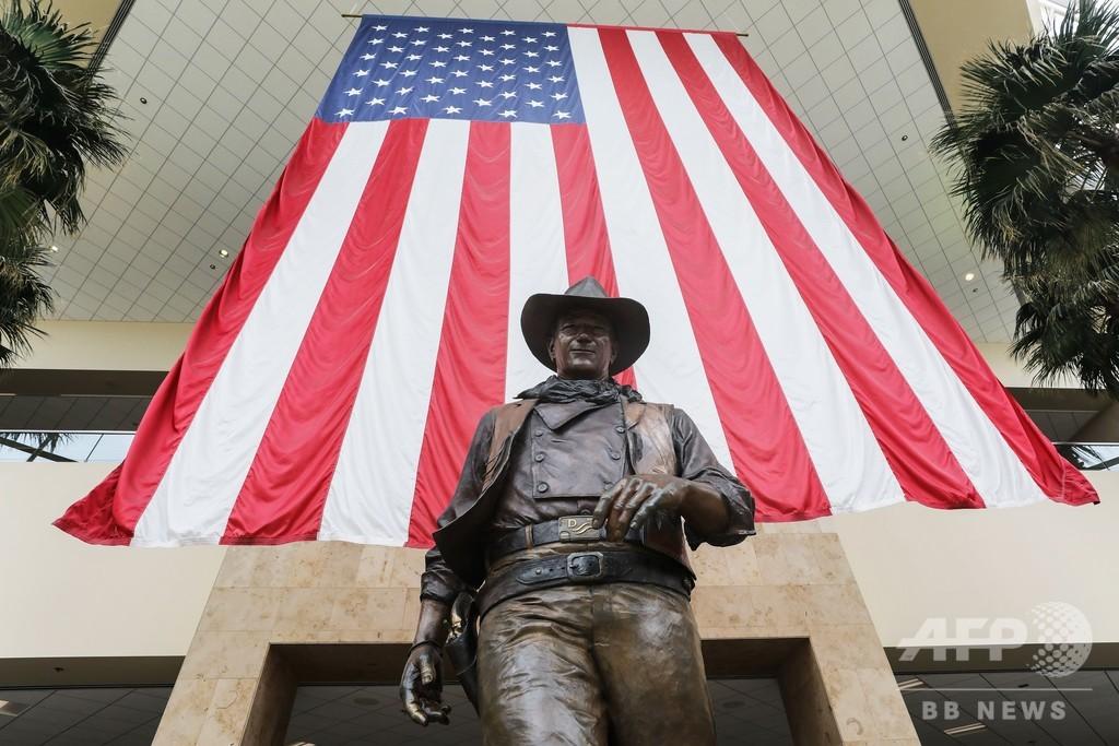 反人種差別で「ジョン・ウェイン空港」も改称か、トランプ氏が反撃 米