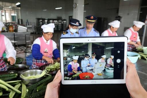 中国・成都の小学校、給食に変質した食品を提供か 8人が取り調べ