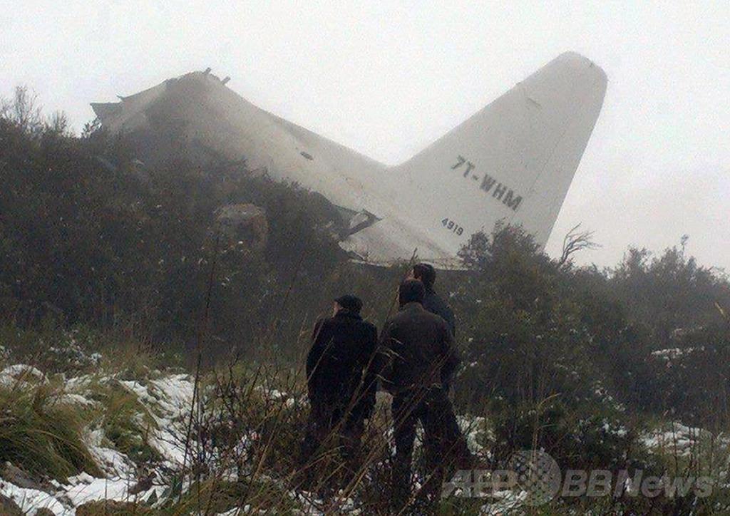 アルジェリアで軍輸送機墜落、77人死亡 生存者1人発見