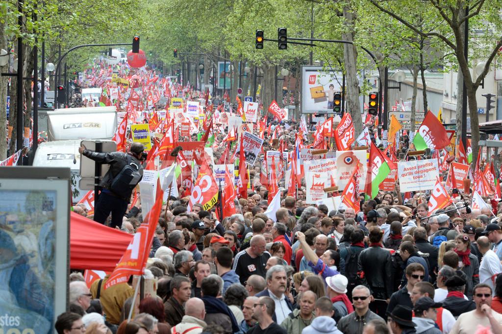 就任から1年、オランド大統領に抗議の大規模デモ パリ
