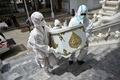 タイの僧侶、遺体搬送や検体採取を支援