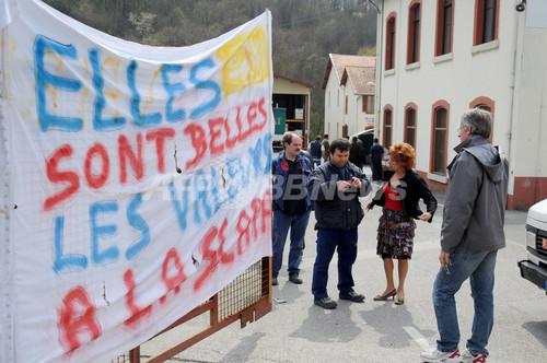 解雇手当に不満の従業員らが幹部を監禁、フランスの接着剤工場