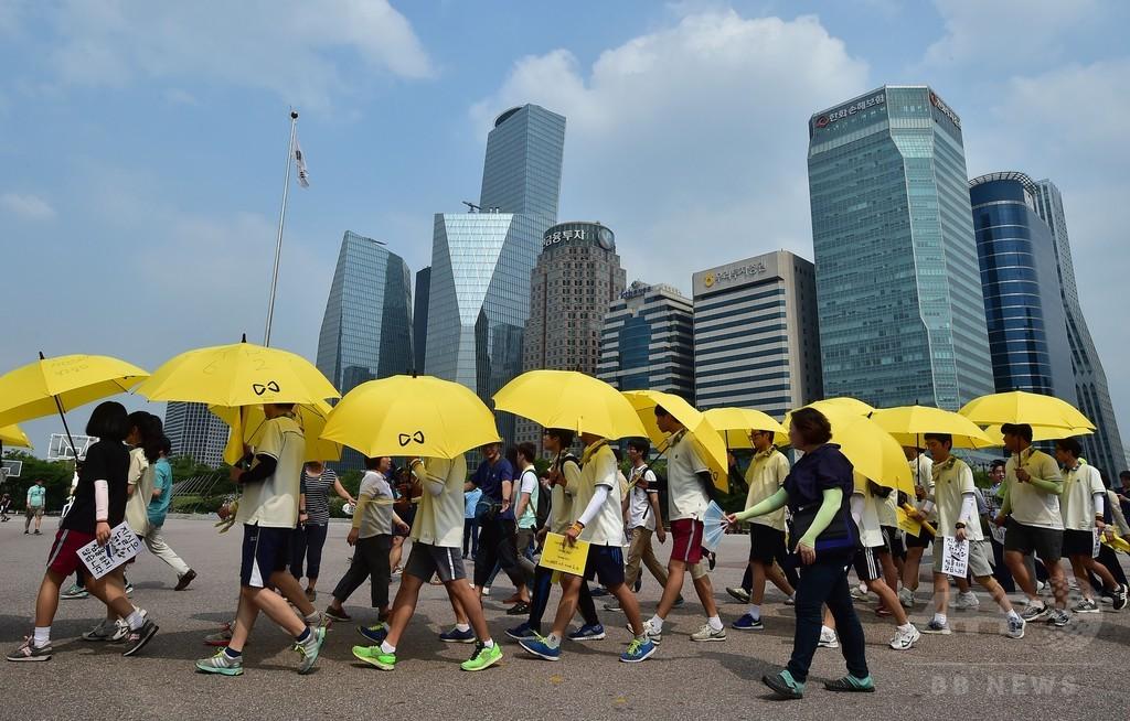 韓国船沈没、生還した高校生らがデモ