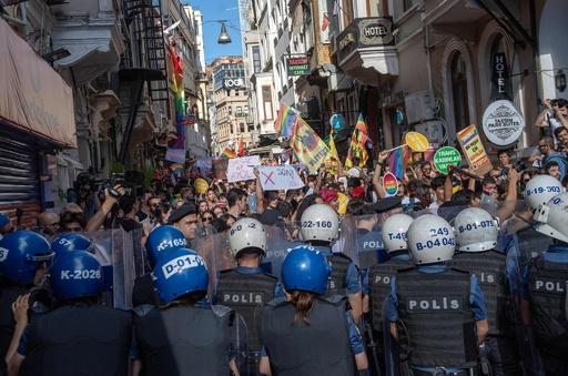 プライドパレード参加者に警察が催涙ガス トルコ