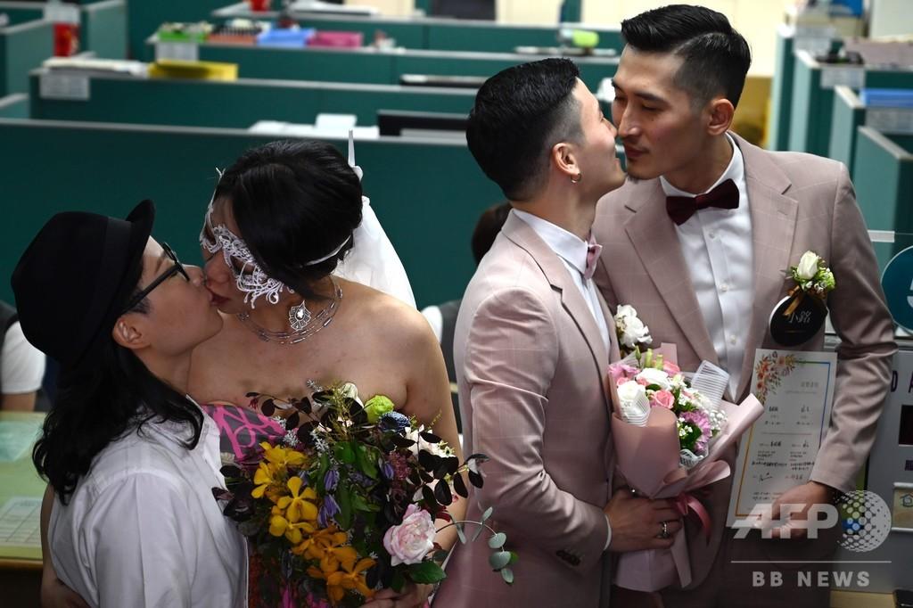 同性婚合法化の台湾、同性カップルが次々と婚姻届を提出