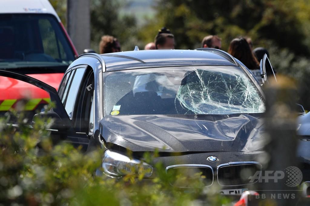 仏パリ郊外で兵士らに車が衝突、6人負傷  容疑者の男を逮捕
