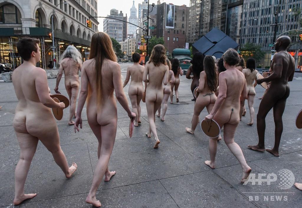 なぜ女性の乳首画像は規制対象? FB社屋前でヌード撮影で抗議 米