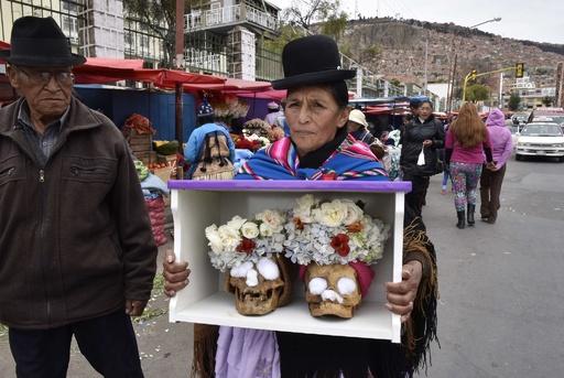 頭蓋骨で厄よけ祈願、ボリビアの伝統行事