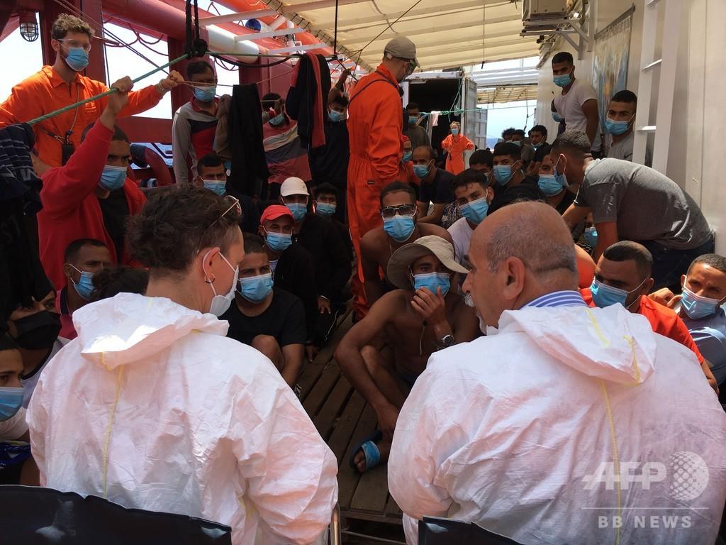 伊、救助船の移民にコロナ検査実施 週明けに隔離船に移送へ