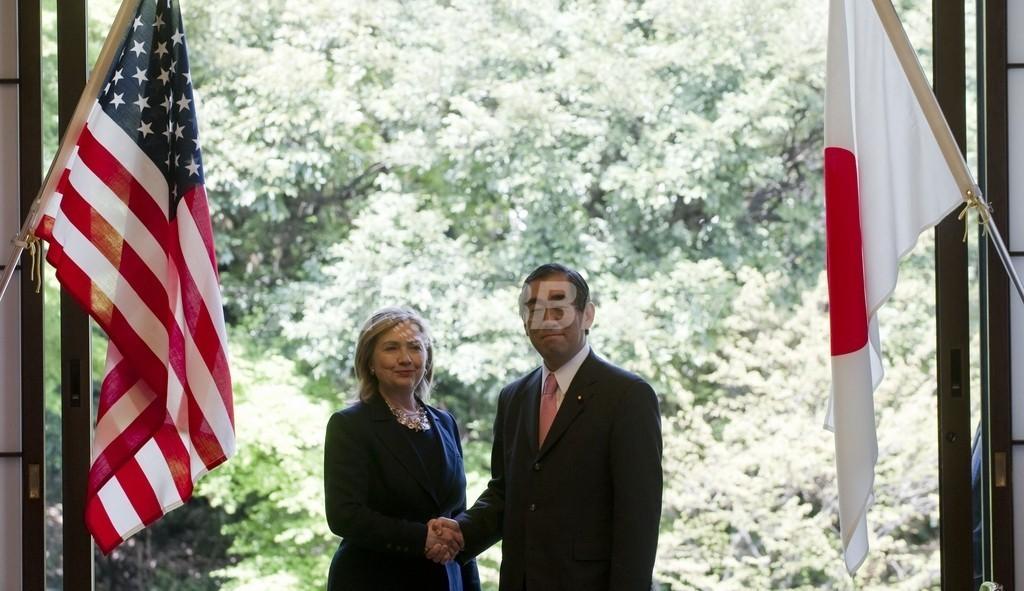 クリントン米国務長官来日、「確固たる支援」を約束