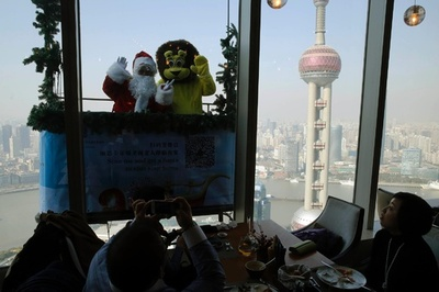 上海の高級レストラン、窓側の席は別料金?
