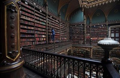 幻想的な空間、王立ポルトガル図書館の魅力