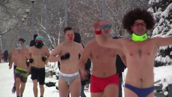 動画:セルビア首都で寒中「下着ラン」、雪景色のドナウ川沿いを走る