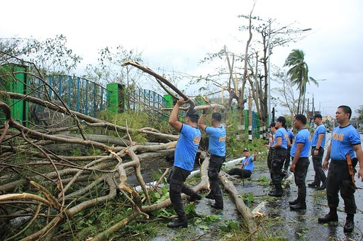 台風28号通過のフィリピンで2人死亡 首都の空港は閉鎖