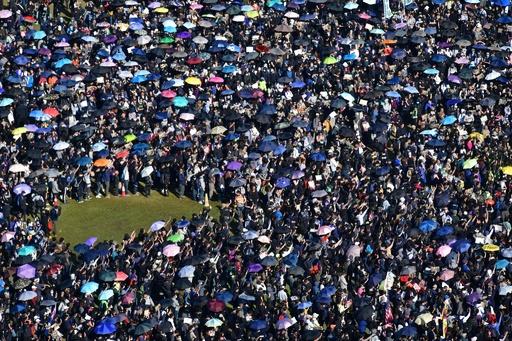 香港で大規模デモ、80万人が参加 主催者発表