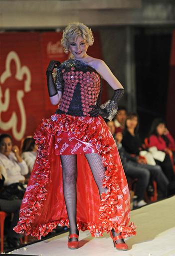 CDやペットボトルのふたがドレスに、資源リサイクル・ファッション ボリビア