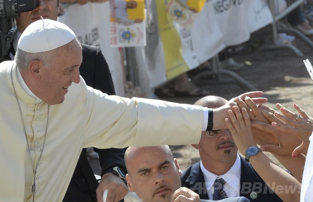 法王が性的虐待被害者と初面会、教会の「共犯行為」を謝罪