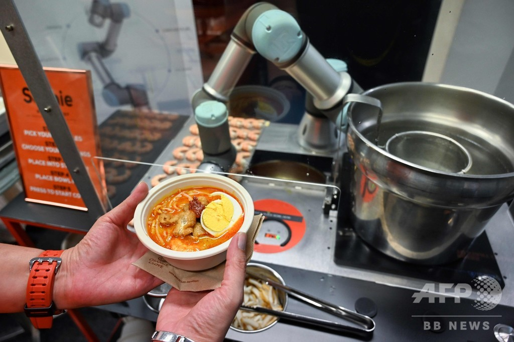 シンガポール名物「ラクサ」の調理ロボットお披露目、わずか45秒で提供