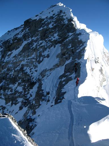 エベレスト登頂成功の米国人死亡、頂上で写真撮影中倒れる