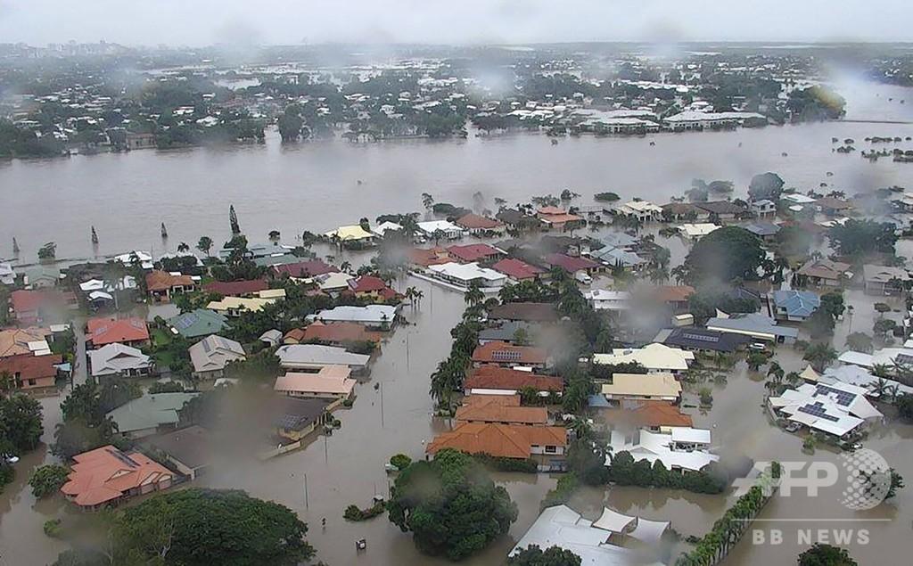 豪北東部の豪雨、ダム放流で「前例のない大洪水」 住宅街にワニ